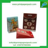 L'usager de luxe met en sac le sac de papier d'emballage avec le sac recyclable de butin de traitements