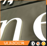 Parte anteriore e parte posteriore illuminate facendo pubblicità alla lettera