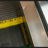 モール4人の乗客の電気ステップエスカレーター
