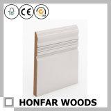 Legno di pino con la pittura bianca che fiancheggia il modanatura del Baseboard