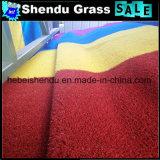 4mの幅の純布裏打が付いている赤く総合的な草の芝生