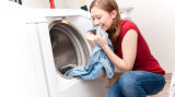 Poudre à laver de lavage de machine avec de la mousse inférieure