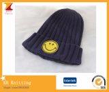 Un cappello sveglio dei 2016 capretti caldi di inverno con il fronte sorridente