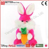 Coelho macio colorido dos animais enchidos do brinquedo com uma cenoura