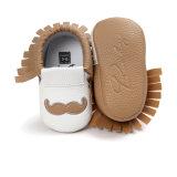 かわいい新生の赤ん坊のふさが付いている柔らかい唯一の幼児Prewalkerの幼児のスニーカーの靴