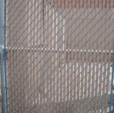 上塗を施してあるチェーン・リンクの庭の塀