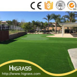 美しい緑の庭の装飾の景色の人工的な草