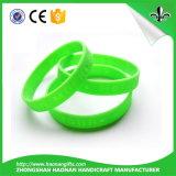Il commercio all'ingrosso progetta i Wristbands per il cliente liberi variopinti del silicone