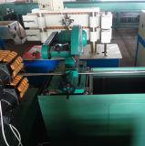Mangueira complicada do metal que faz a máquina