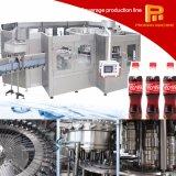 生産ラインを満たす自動プラスチックによってびん詰めにされる炭酸塩化された飲み物