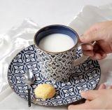La tazza di ceramica di colore nero del gres con il marchio ha stampato