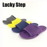 Cuatro colores de los zapatos de las mujeres de EVA