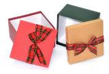 Rectángulo de regalo de papel con los arqueamientos de mariposa para el presente