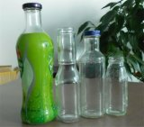 Botella de cristal del jugo con el casquillo del metal