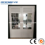 Puerta abatible de aluminio con puerta abierta