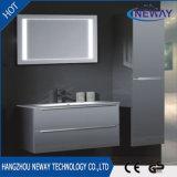 PVC fissato al muro semplice del Governo di stanza da bagno con lo specchio