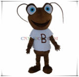 Mascote animal da formiga encantadora da cor de Brown no t-shirt branco