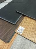 Imperméabiliser et couvrir de tuiles l'étage antidérapage de PVC de plancher