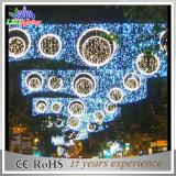 Noël multicolore de la décoration DEL de vacances à travers des réverbères
