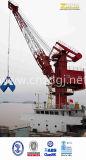 Uso do guindaste do porto marítimo na plataforma e na costa para levantar