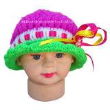 手のかぎ針編みの女の赤ちゃんのレースが付いているビーズの帽子の帽子