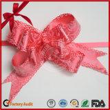 Металлическая тяга обхватывает смычок бабочки для упаковывать подарка