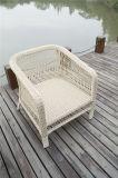 屋外の円形の柳細工の単一アーム椅子