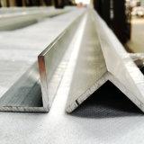 L'extrusion/a expulsé le profil en aluminium avec à angle droit