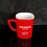 Taza de cerámica roja negra impresa taza de encargo para la bebida