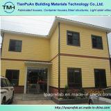 Bella casa chiara della struttura d'acciaio con il rivestimento della scheda del cemento