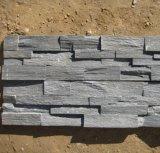 自然な壁のクラッディングによってスタックされるパネルの黒のスレートのタイル