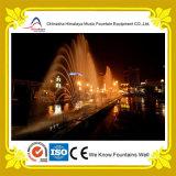 Grande fontaine d'eau de forme de paon dans l'étang de bord de la route