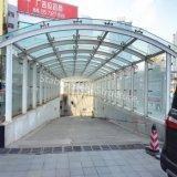 地下鉄、地下の駐車場、駅への最上質の鉄骨フレームの表玄関