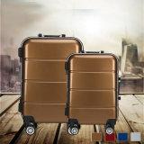 線があるトランクが付いているアルミニウム金属のスーツケースのトロリー荷物
