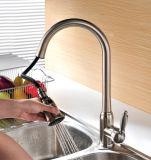 Cupcは台所の流しのコックの流しの蛇口を引き出す