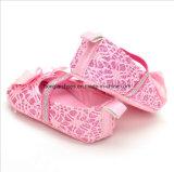 赤ん坊の柔らかい最下の赤ん坊の幼児の靴