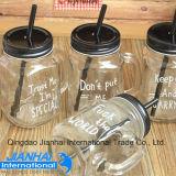 Vaso di muratore libero della bottiglia di vetro con paglia