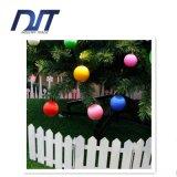 Die Weihnachtskugel-Baum-Verzierungen, die Verzierungen hängen, wickelten Kugel-Weihnachtsszenen-Lay-out ein
