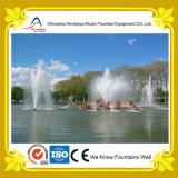Fonte de água da associação do parque com esculturas do metal
