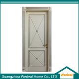 Porta de entrada de madeira contínua da casa de campo luxuosa branca