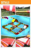 Gelber und roter Infaltbale Schwimmer Wasserpark