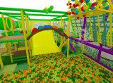 Apparatuur van de Speelplaats van de Speelplaats van de Jonge geitjes van het Pretpark de Binnen Zachte