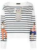 여자는 모방하는을%s 가진 줄무늬 긴 소매 t-셔츠를 모양 짓는다