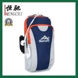 Deporte al aire libre práctico que va de excursión el bolso del brazo que sube