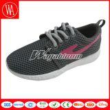 明白な網の通気性の慰めは人の靴を遊ばす