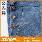 Одежда джинсовой ткани способа девушки общая