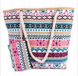 De nieuwe Zwerfsters van het Strand doen de Kleurrijke Zak die Met hoge capaciteit van het Canvas in zakken uit een Handtas met de Pakketten van de Pasmunt dragen