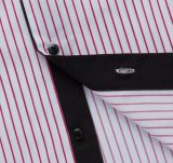겹켜 고리와 팔목을%s 가진 빨간 줄무늬 남자 셔츠