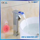 Mezclador del lavabo del cuarto de baño de la cascada del montaje LED de la cubierta