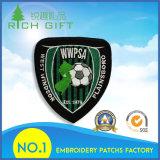 Il ricamo tessuto rattoppa i distintivi con il marchio su ordinazione di gioco del calcio